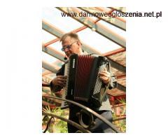 Akordeonista, wokalista, klawiszowiec